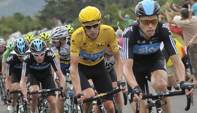 El líder de la clasificación general, Bradley Wiggins (2d), durante la décimo octava etapa del Tour de Francia