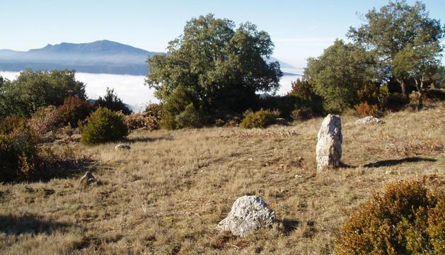 Uno de los cromlech de Induriaga, con un hito o menhir en el centro. Al fondo, la peña Izaga