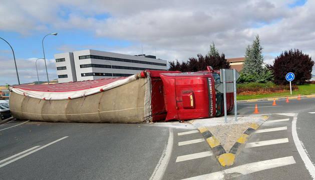 Un camión ha volcado esta madrugada en la rotonda de Talluntxe. En el accidente ha resultado herido leve el conductor del vehículo.