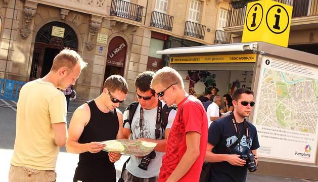 Más de una semana después de las fiestas de Pamplona, el Casco Antiguo todavía se viste de San Fermín y grupos de turistas se enredan con retraso en el recorrido del encierro. P.Z.