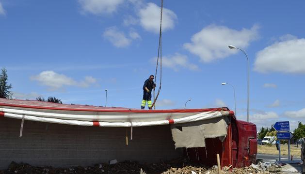 Un operario, durante las labores de levantamiento del camión accidentado