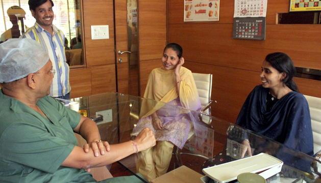 Lalita (i) y Feroza (d), madres de alquiler indias, acuden a una consulta rutinaria con el doctor