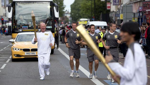Los londinenses se vuelcan con la antorcha olímpica .