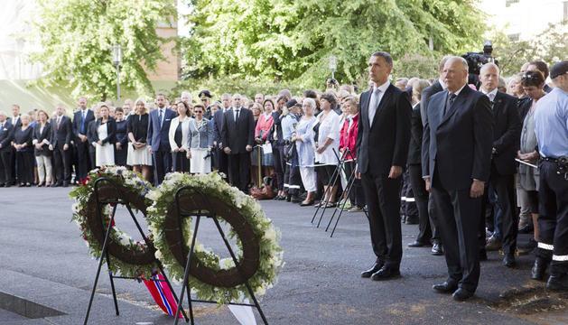 El rey Harald de Noruega (d) y el primer ministro, Jens Stoltenberg, asisten a una de las ceremonias conmemorativas por el primer aniversario de la matanza de Utoya.
