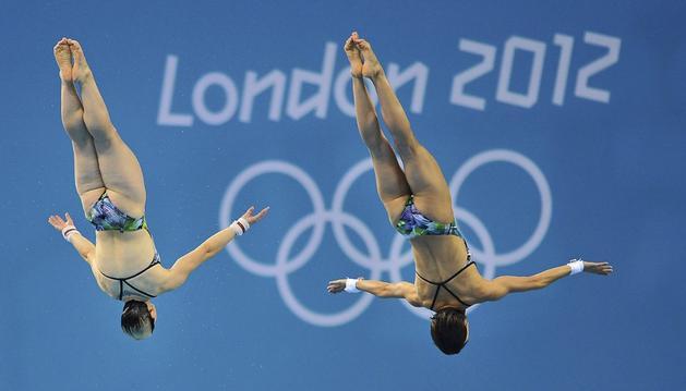 La nadadoras Christin Steuer (d) y Nora Subschinski (i) durante un entrenamiento del equipo alemán de saltos en el Aquatic Centre de Londres