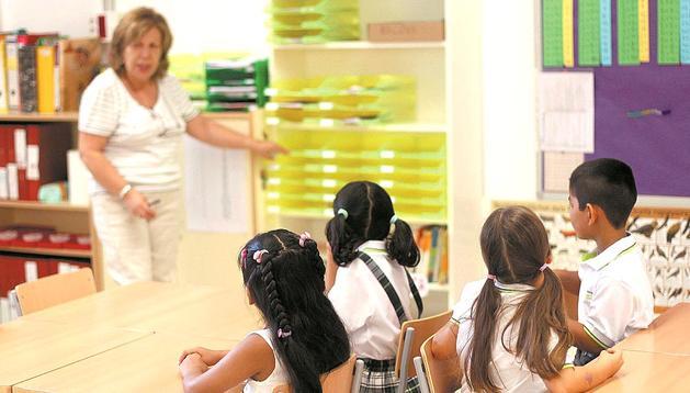 Una profesora se dirige a sus alumnos en una de las clases