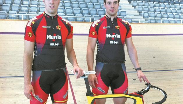 Los navarros Juan Peralta y Hodei Mazkiaran, ayer tras el entrenamiento en el velódromo Palma Arena, donde el equipo español se está entrenando antes de partir hacia Londres el domingo