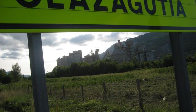 Al fondo, aspecto parcial de la planta de Cementos Portland Valderrivas en Olazagutía