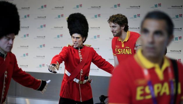 El jugador del equipo español de baloncesto y abanderado de la delegación española en los Juegos Olímpicos de Londres 2012, Pau Gasol, (c), a su llegada este jueves al aeropuerto londinense de Heathrow