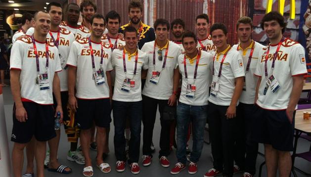 Los navarros Azpilicueta y Javi Martínez, con algunos compañeros de la delegación española, entre ellos el abanderado Pau Gasol