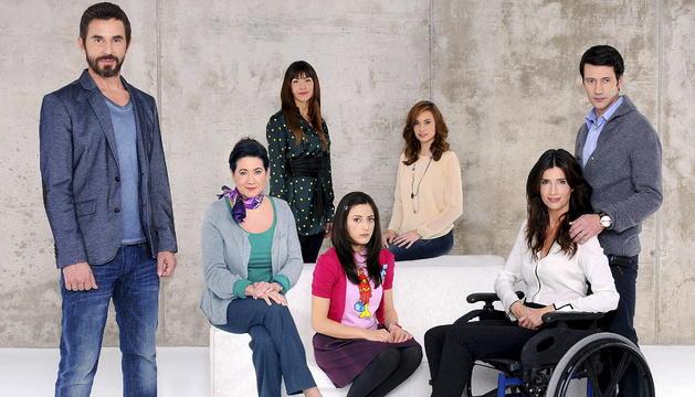 Imagen facilitada por Mediaset España de Santi Millán (iz.) junto al resto del elenco de la serie