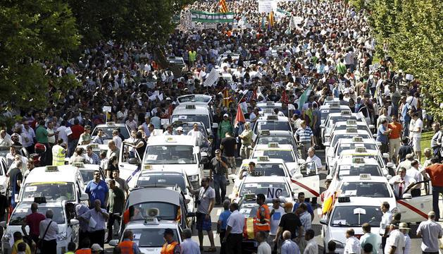 Imágenes de la protesta de los taxistas por las calles de Madrid