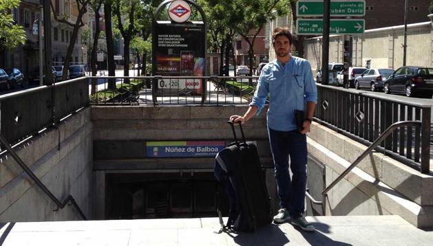 Asier Mateo Castillejo con la maleta lista para marcharse a París.