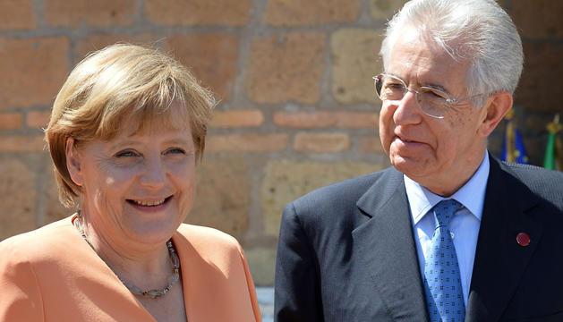 La canciller alemana, Angela Merkel, y el primer ministro italiano, Mario Monti.