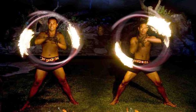Dos guerreros hacen malabares en uno de los espectáculos nocturnos