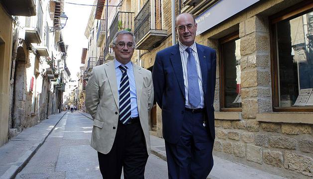 Ignacio Arellano y Felipe Perdraza, paseando ayer por la rúa Mayor de Olite.