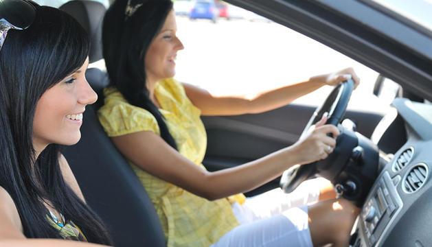 Dos chicas en un coche compartido