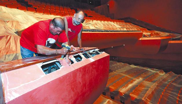 Dos operarios pican el antepecho del anfiteatro del teatro Gaztambide de Tudela para reducir su altura con el fin de mejorar la visibilidad.