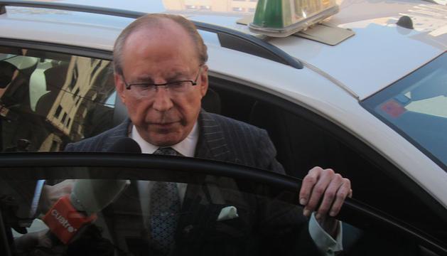 Ruiz Mateos, saliendo de un taxi en Palma.
