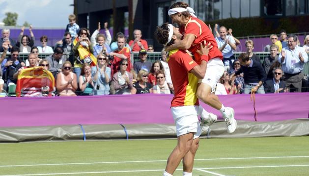 Feliciano López y David Ferrer se abrazan tras ganar y pasar a semifinales