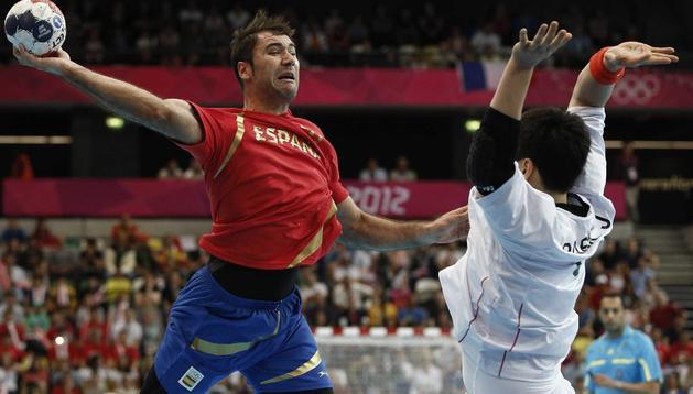 Joan Canellas intenta el lanzamiento ante el coreano Yu Donggein