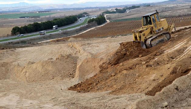 Una máquina trabaja en la construcción de una plataforma del tren en el tramo Castejón-Villafranca