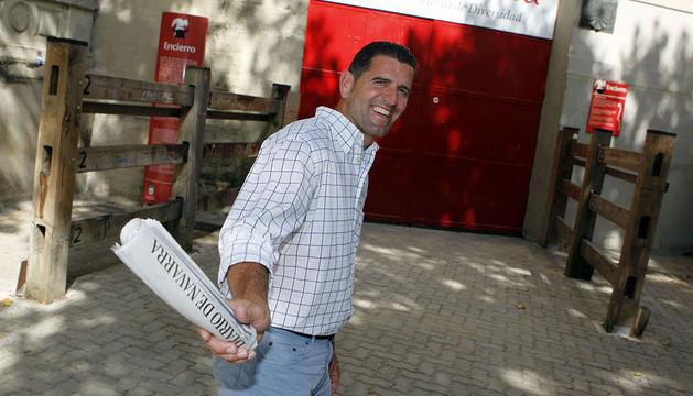 Abraham Olano, con el periódico en la entrada al callejón de la Plaza de Toros de Pamplona. El guipuzcoano cree que va a ser una gran contrarreloj la del día 18