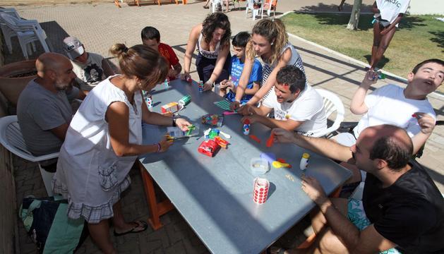 Los jóvenes de Anfas, con los voluntarios en la piscina de Tudela