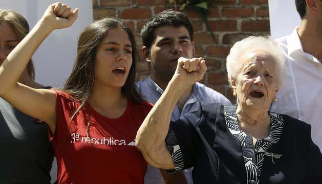 Concha Carretero (derecha), detenida junto a las 13 jóvenes socialistas conocidas como las