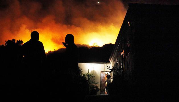 Dos habitantes de Mazo miran el incendio