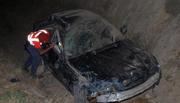 El coche, tras salirse de la vía y chocar con un talud