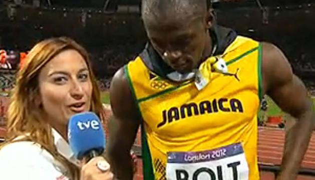 La periodista navarra Izaskun Ruiz (izda.) durante la entrevista al oro olímpico, el jamaicano Usain Bolt (dcha.) tras ganar la final de los 100 metros