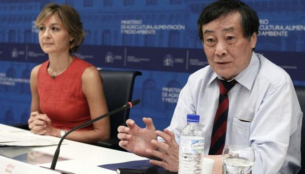 La secretaria general de Agricultura y Alimentación, Isabel García Tejerina, que firmó este lunes un acuerdo de cooperación con la empresa china Wahaha junto al presidente, Zong Qinghou