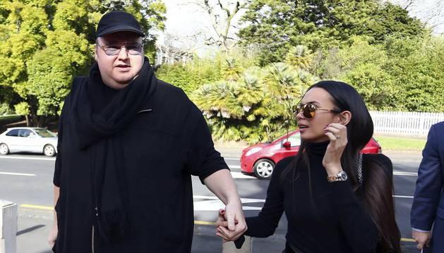 Megaupload fundador Kim Dotcom y su esposa Mona Schmitz llegar al Tribunal Supremo de Nueva Zelanda en Auckland