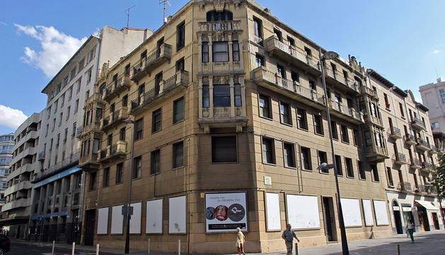 Este edificio, entre la calle Paulino Caballero (izquierda) y la avenida Roncesvalles, se derribará para construir otro en su lugar de 19 viviendas.