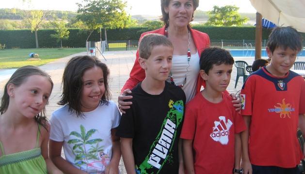 Los niños encargados de lanzar el chupinazo infantil junto a Yolanda Barcina. De izquierda a derecha: Ana Artola, Lucía López, Iker Baquedano, Yolanda Barcina, Javier López y Unai Baztán