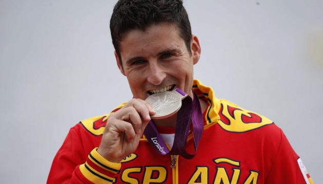 David Cal muerde la medalla de plata conseguida este miércoles