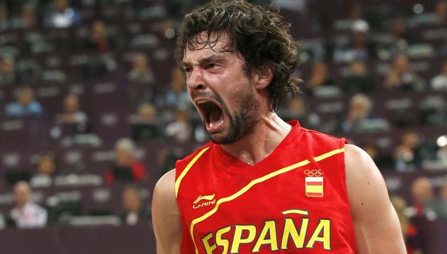 Sergio Llull celebra una acción de España en el partido ante Francia