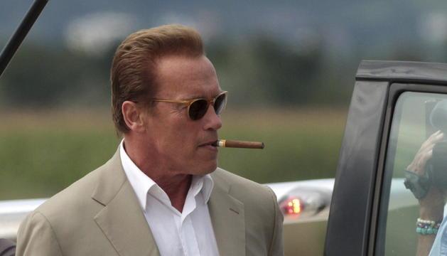 El exgobernador de California y actor Arnold Swarzenegger llega al aeropueto de Graz