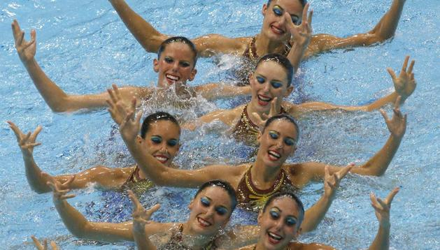 El equipo español de natación sincronizada, durante el ejercicio de rutina técnica