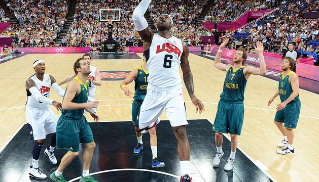 LeBron James entra a canasta entre la defensa australiana.