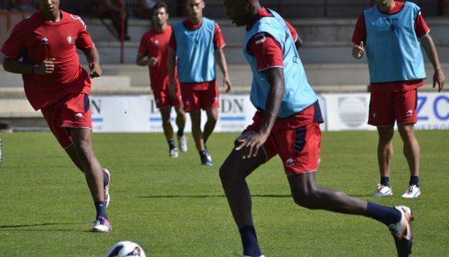 Manu Onwu, Roberto Torres y Manu Onwu, durante el entrenamiento de este jueves en Tajonar, junto a Miguel Flaño (al fondo) y Cejudo (derecha)