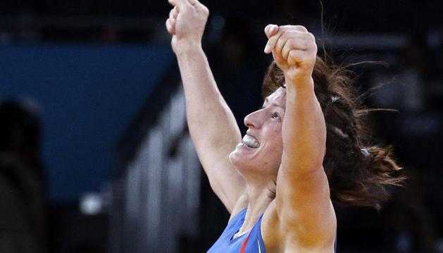 La luchadora vasca celebra su victoria en Londres.