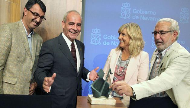 Guillén, Pejenaute, Caballero y Galilea, durante la presentación junto a la escultura de Javier Muro, con la imagen de San Fermín, premio que se otorgará al campeón en la contrarreloj por equipos de la primera etapa
