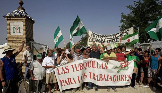 El medio centenar de jornaleros liderados por el alcalde de Marinaleda (Sevilla), en el momento de abandonar la finca.