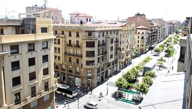 Tramo de Carlos III donde se concentran buena parte de las tiendas del grupo Inditex, entre la calle Cortes de Navarra, en la parte inferior, y la plaza Merindades, en la superior.