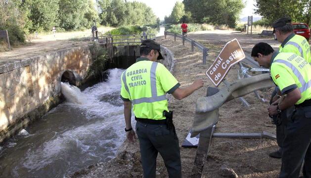 Un grupo de agentes de la Guardia Civil de tráfico inspecciona el lugar donde tres mujeres y tres menores han perdido la vida a la altura del término de Naveros de Pisuerga (Palencia).