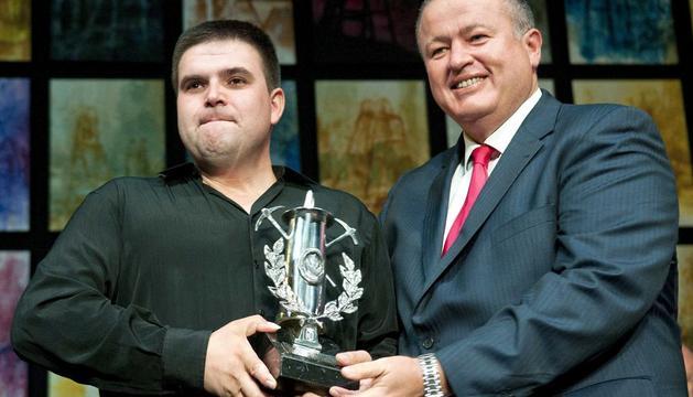 El gran triunfador del concurso del Festival del Cante de las Minas, Ricardo Fernández Moral, de 38 años, recoge el galardón de manos del alcalde de La Unión, Francisco Bernabé