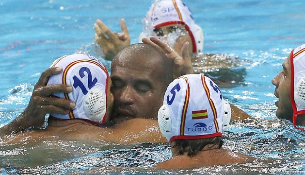 Los compañeros de la selección española de waterpolo despiden a Iván Pérez tras su último partido en los JJ OO de Londres 2012