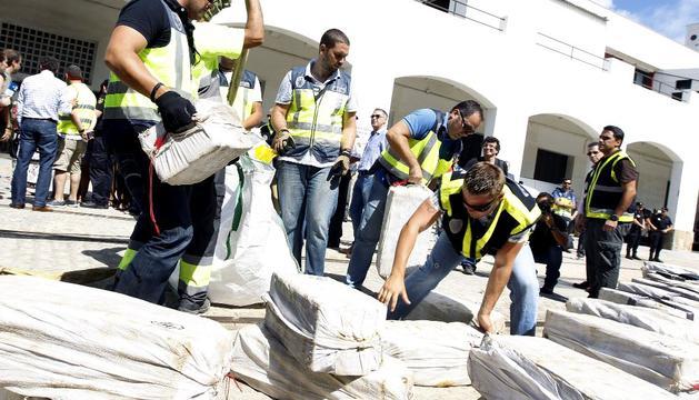 Varios agentes, descargando cocaína en el puerto de Cádiz